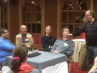 Deltagare lyssnar på genomgång av simuleringslösning