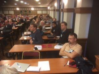 Svenska delegationen lyssnar spänt på en av många föreläsningar.